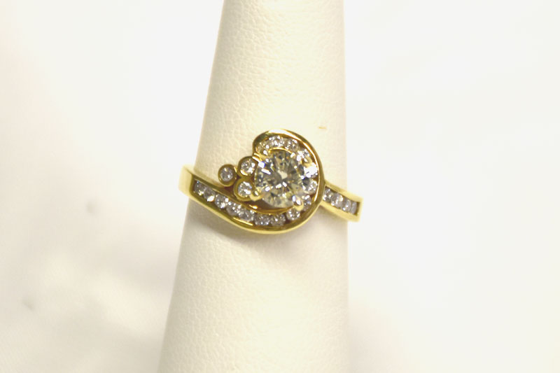 ALMOST 1CT TW 18K YELLOW GOLD DIAMOND RING