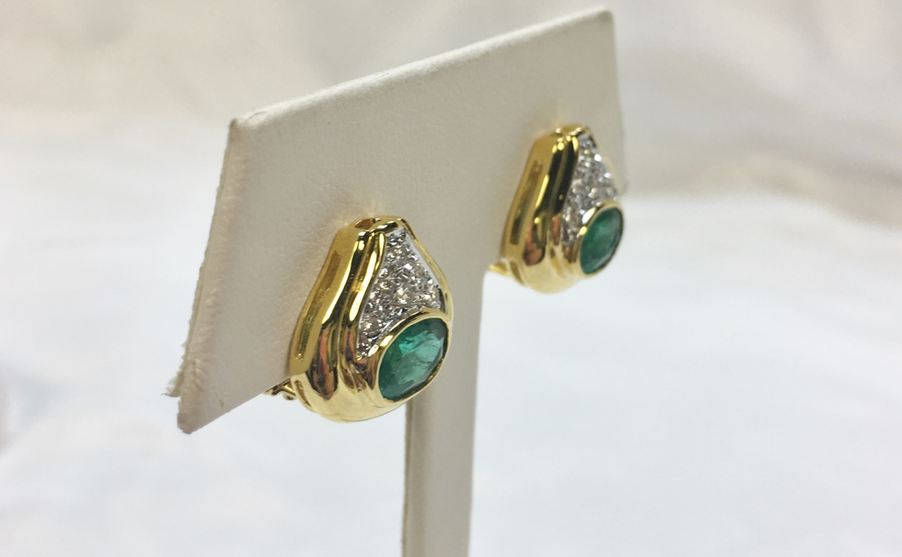 2 Carats Total Weight Emerald Earrings In Yellow Gold
