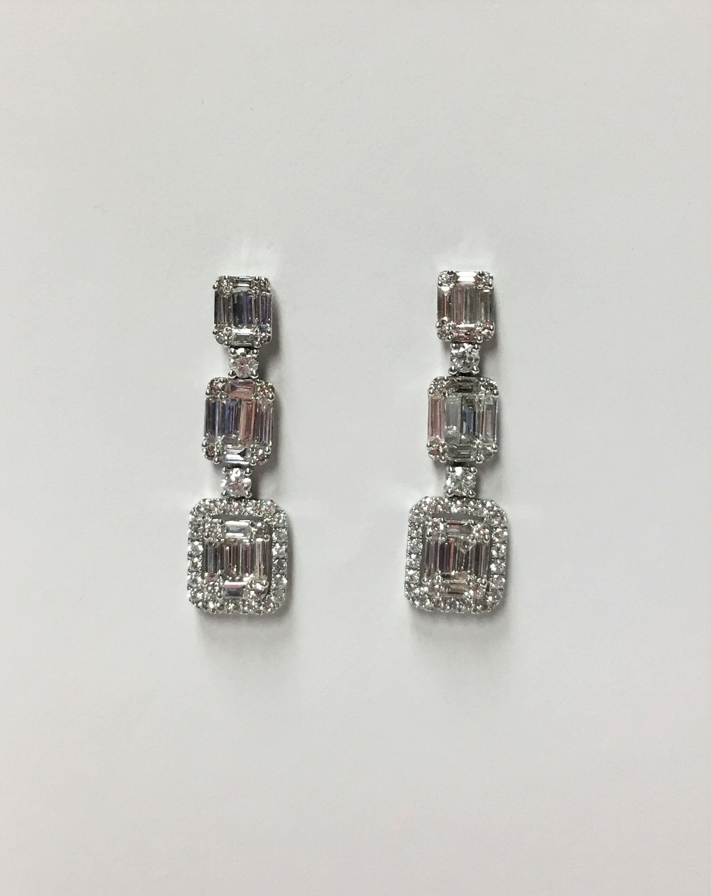 2.30 Carats Dangling Diamond Earrings