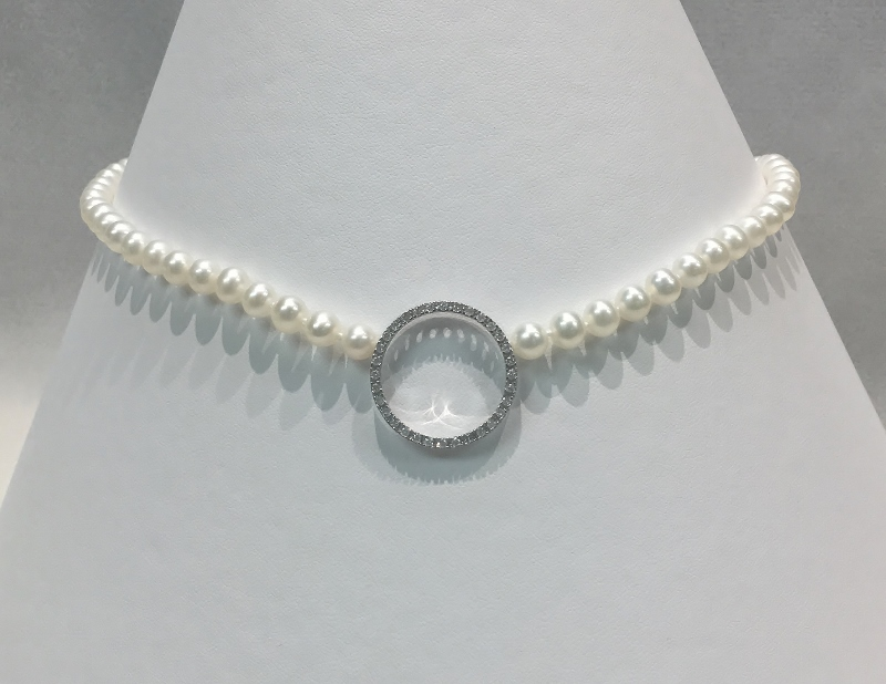 Simple Pearl Necklace with A Diamond Pendant