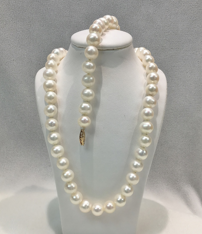 Lovely Pearl Necklace and Bracelet Set