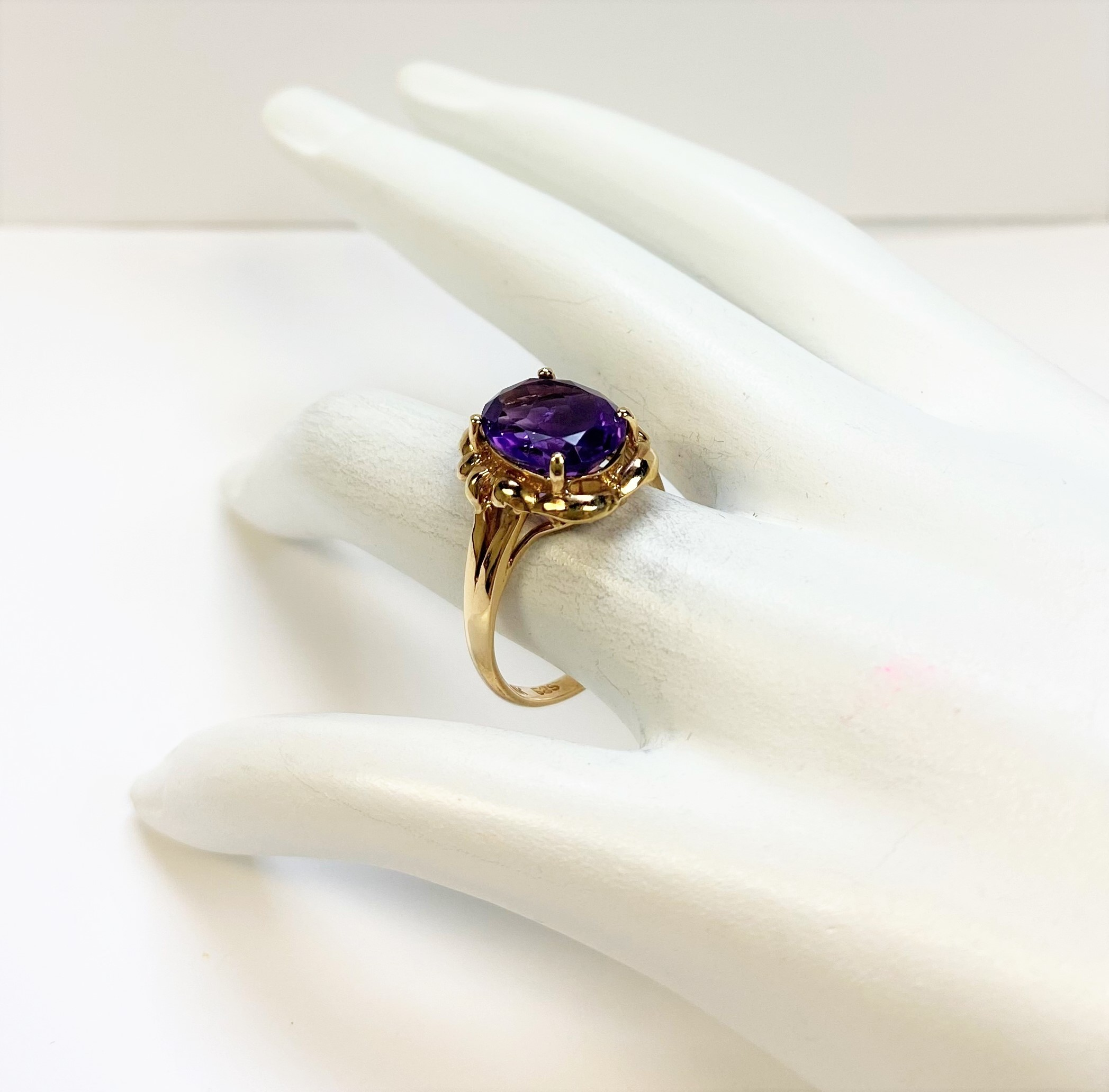2.50 Carats Amethyst Yellow Gold Ring