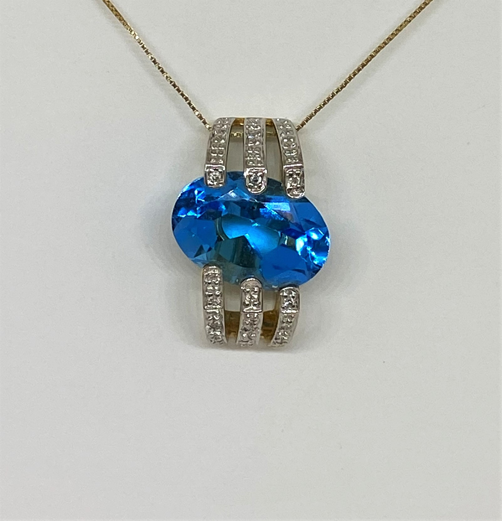 2.50 Carats Blue Topaz Pendant